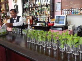 Kubánský barman a mojito